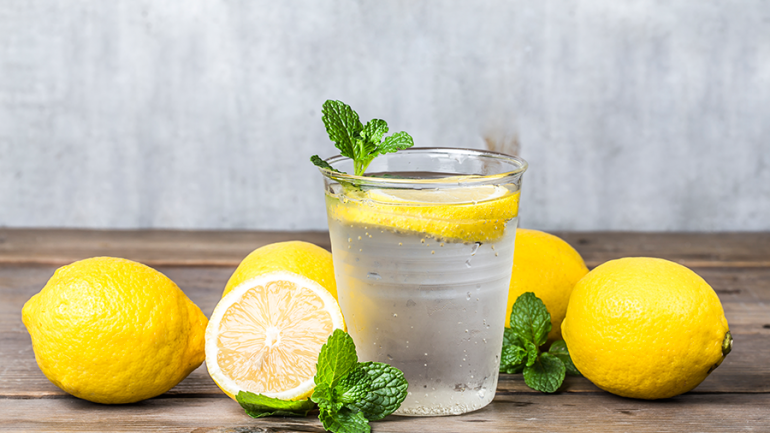 Apa caldă cu lămâie, remediu eficient contra lipsei de concentrare